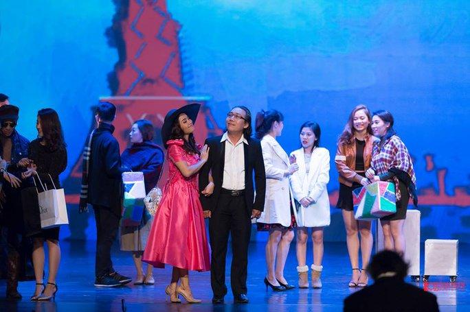 Nữ ca sĩ Phạm Duyên Huyền (áo hồng) trong vai Métella với những mối tình phức tạp