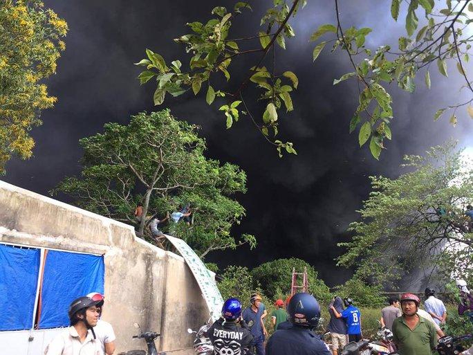 Hiện trường vụ cháy, cột khói đen toả ra cao hàng chục mét - Ảnh: bạn đọc Huỳnh Đức
