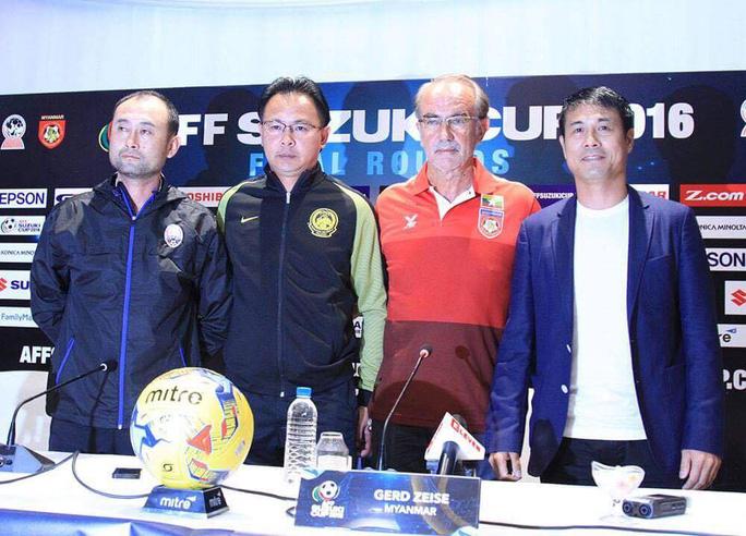 HLV trưởng Myanmar Gerd Seize (áo đỏ) trong buổi họp báo trước trận