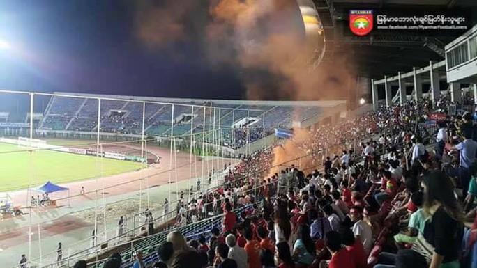 Khu vực CĐV Việt Nam xuất hiện pháo sáng trong trận U19 Việt Nam thắng chủ nhà Myanmar 1-0 trên sân Thuwunna