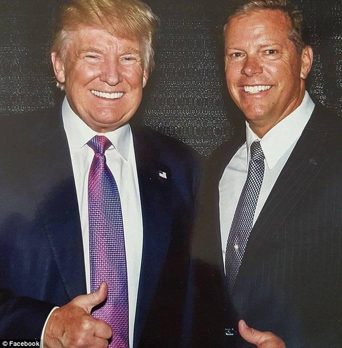 Đại cử tri Layne Bangerter bang Idaho chụp ảnh cùng ông Donald Trump- bây giờ đã là Tổng thống đắc cử. ảnh: Facebook