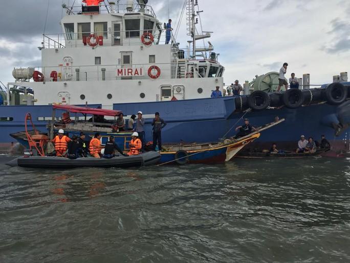 Đội thợ lặn đang chuẩn bị lặn tìm người mất tích cùng sà lan bị chìm