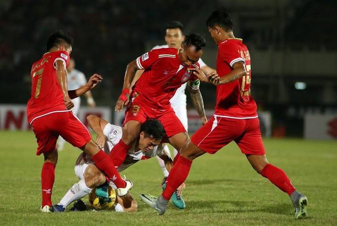 Myanmar chơi khá rắn và đã nhận thẻ vàng đầu tiên trong trận