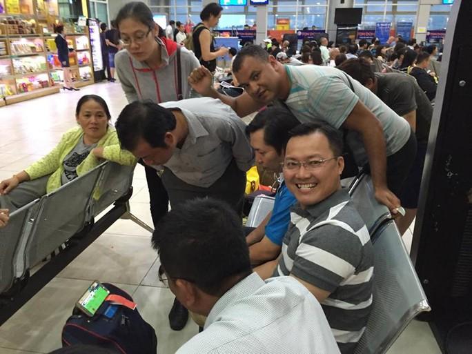 CĐV người Việt và nước ngoài ủng hộ tuyển Việt Nam xem bóng đá qua tablet ở sân bay Cam Ranh chiều 23-11 Ảnh: Dương Quang