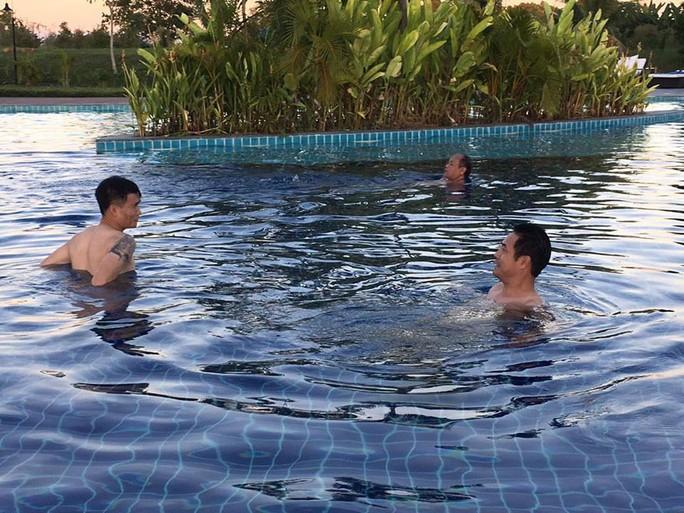 HLV Hữu Thắng và Công Vinh trò chuyện về việc dạy con tập bơi