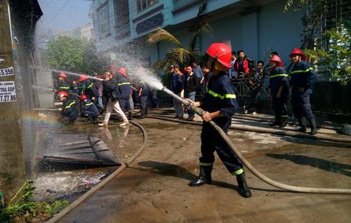 Lực lượng chữa cháy tiến hành dập lửa