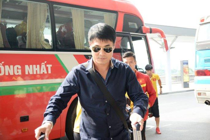 HLV Hữu Thắng tỏ ra khá lạnh lùng khi cùng học trò di chuyển đến sân Thống Nhất