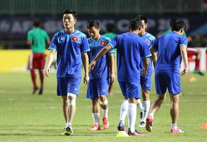 Đội hình chính đang khởi động trước trận đấu với Indonesia