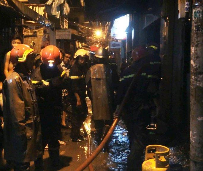 Lực lượng PCCC đến hiện trường vụ cháy nhà trên đường Đoàn Văn Bơ sáng 8-12