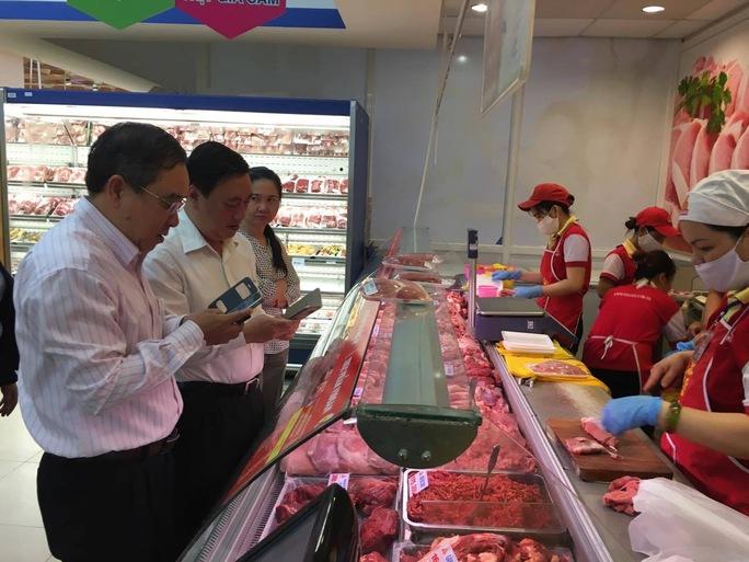 Lãnh đạo Sở Công Thương TP HCM thử soi thịt qua ứng dụng trên smartphone