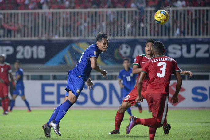Teerasil Dangda đánh đầu mở tỉ số cho Thái Lan