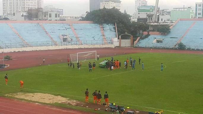 Xe taxi chạy vào sân chở Huy Toàn đế bệnh viện