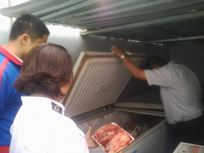 Lực lượng chức năng phát hiện 2 tấn thịt heo trộn thịt đà điểu tại một cơ sở ở quận Thủ Đức.