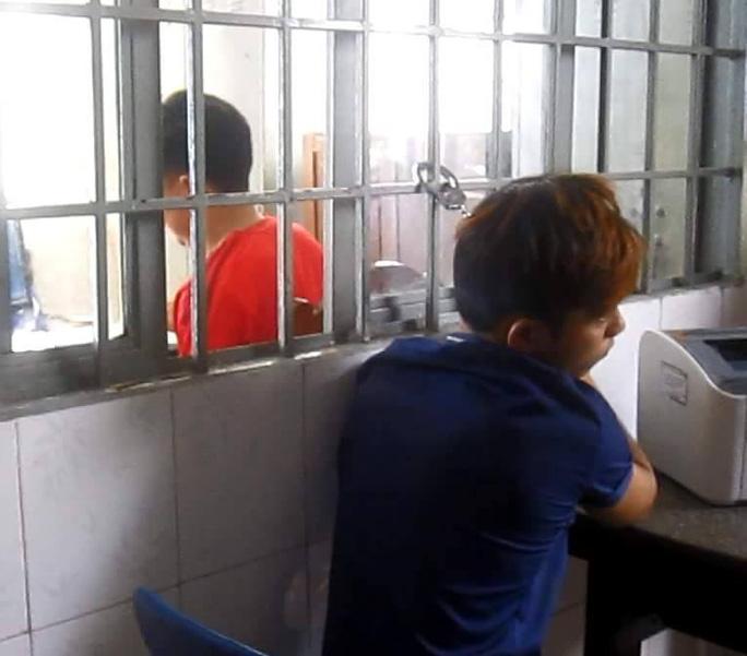 Đối tượng Nguyễn Văn Cường (áo xanh) bị công an bắt giữ