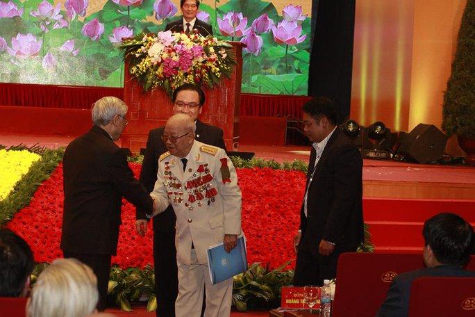 Tổng Bí thư Nguyễn Phú Trọng bắt tay người cựu binh 86 tuổi