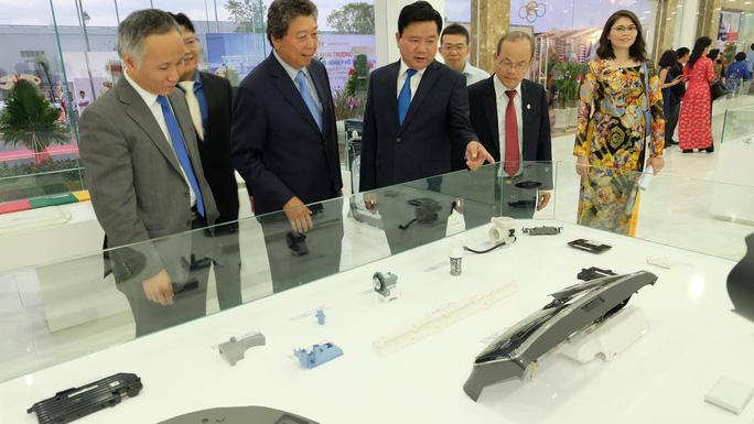 Lãnh đạo TP HCM và khách mời đang xem một số sản phẩm linh phụ kiện được trưng bày tại nhà máy của Minh Nguyên