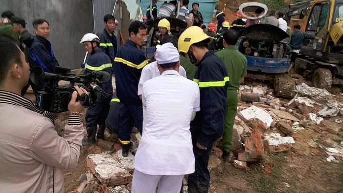 Lực lượng y bác sĩ đang sơ cứu nạn nhân