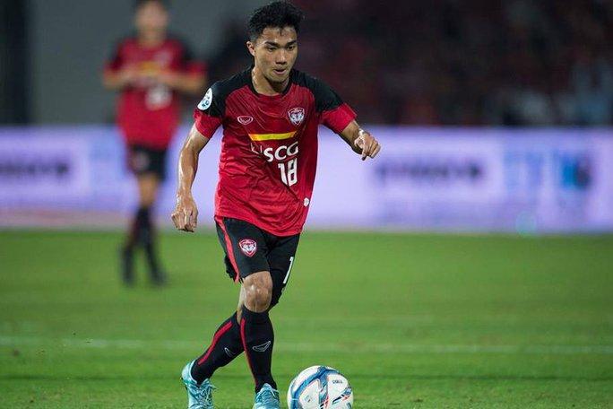 Với việc đầu quân cho Consadola Sapporo, Messi Thái trở thành cầu thủ đầu tiên của đất nước chùa Vàng đến Nhật Bản chơi bóng
