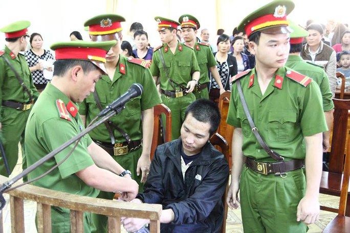 Tạm hoãn phiên tòa, Huy được đưa về trại tạm giam