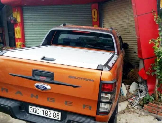 Chiếc xe bán tải sau khi tông bị thương 2 thanh niên đã mất lái tông thẳng vào tiệm vàng trên Quốc lộ 1A, đoạn qua xã Hải Ninh, huyện Tĩnh Gia, tỉnh Thanh Hóa