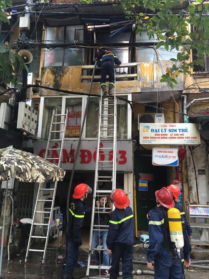 Chiến sĩ PCCC trèo lên tầng trên tiếp cận đám cháy