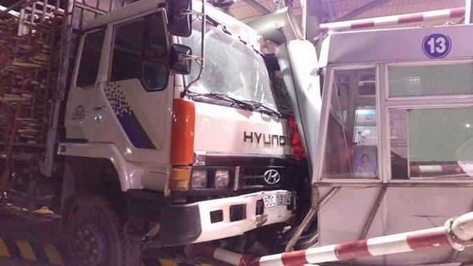 Xe tải tông vào trạm thu phí