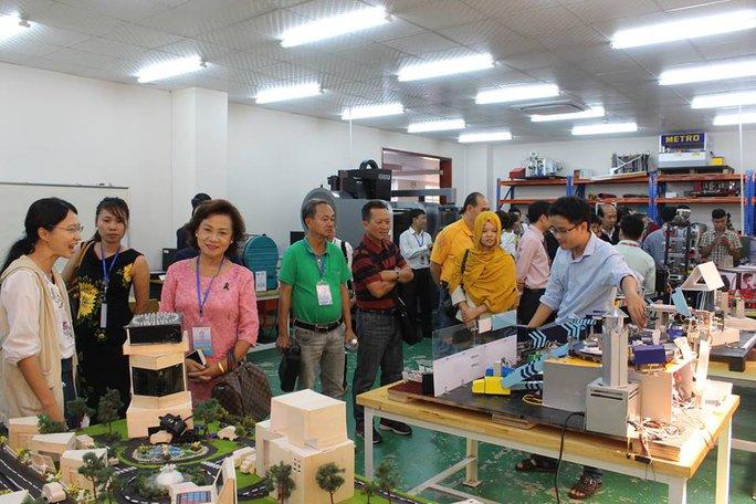 Kiều bào về dự Hội nghị kiều bào thế giới thăm ĐH Quốc tế tại TP HCM