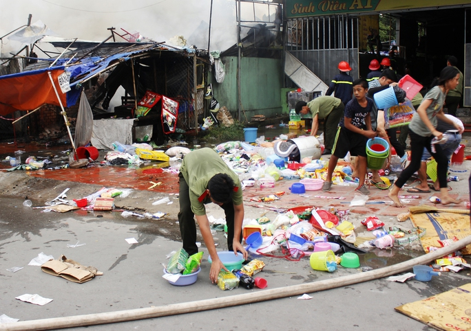 Những người đi đường cũng dừng lại giúp chủ nhà cứu vớt những tài sản còn lại.