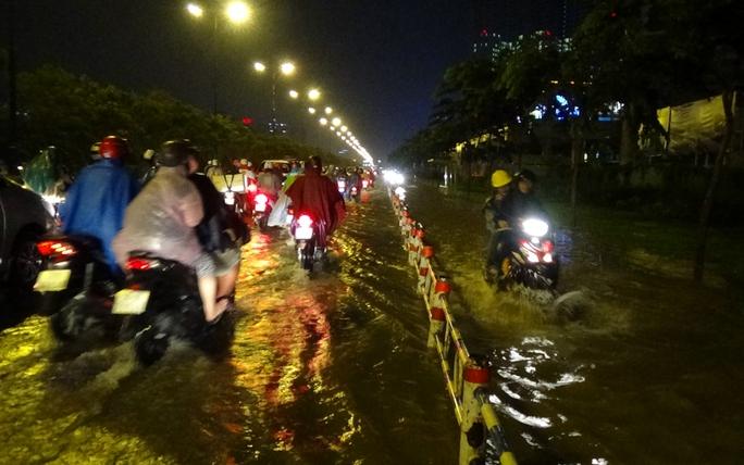 Khu vực xa lộ Hà Nội đoạn từ Thảo Điền về tới chân cầu Sài Gòn cũng ngập nặng tới nửa bánh xe khiến các phương tiện giao thông di chuyển hết sức khó khăn.
