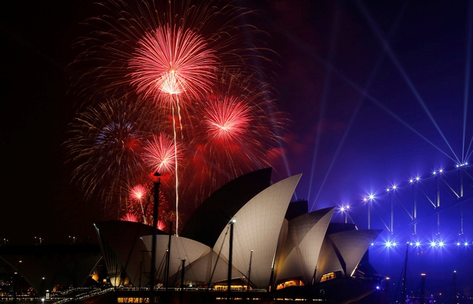 Màn bắn pháo hoa hoành tráng mừng năm mới 2017 ở TP Sydney - Úc Ảnh: REUTERS