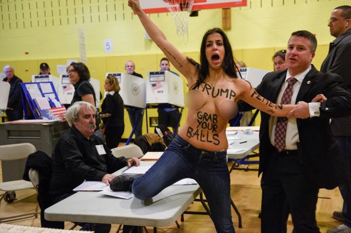Người phụ nữ khỏa thân phản đối ông Trump. Ảnh: Reuters