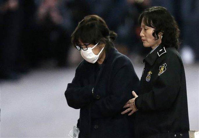 Bà Choi Soon-sil được hộ tống ra khỏi Tòa án Trung tâm Seoul ngày 3-11. Ảnh: AP