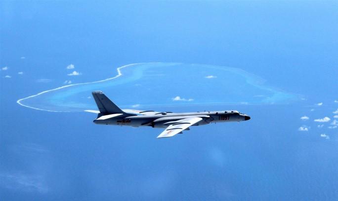 Máy bay ném bom H-6 tuần tra trên Biển Đông. Ảnh: AP