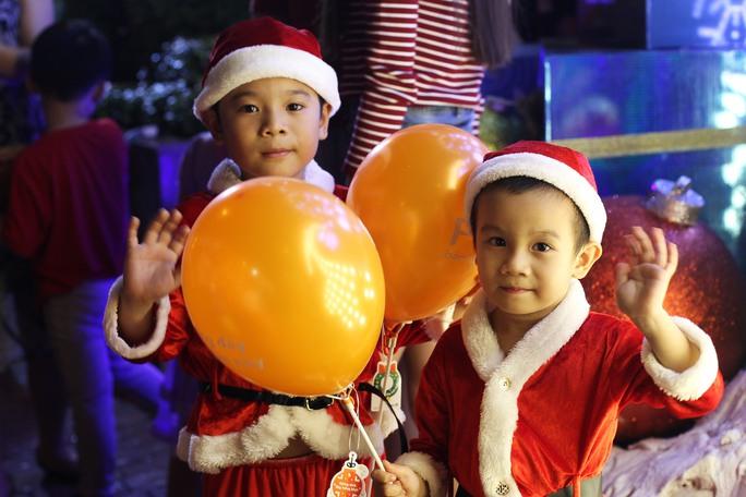 Hai bé Khai Minh và Khai Lâm được mẹ dẫn đi chơi Noel