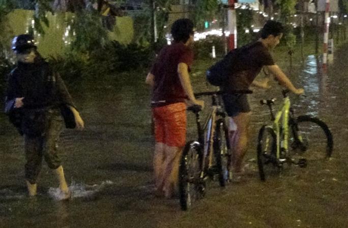Người đi bộ và xe đạp cũng di chuyển hết sức khó khăn.