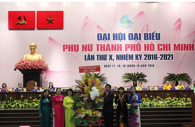 Thành ủy TP HCM tặng hoa chúc mừng Đại hội đại biểu Phụ nữ TP lần thứ X, nhiệm kỳ 2016-2021. Ảnh: Bảo Ngọc