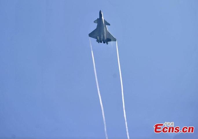 Chiến đấu cơ tầm xa J-20 được trang bị tên lửa không đối không. Ảnh: ECNS