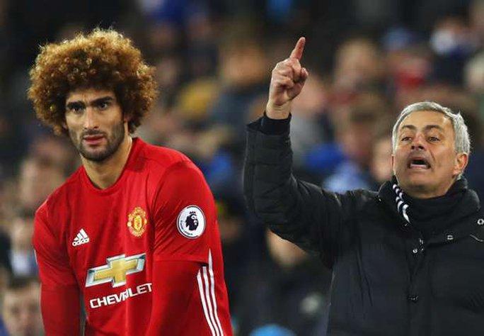 Mourinho đổ lỗi Everton đá xấu khiến Fellaini sai lầm