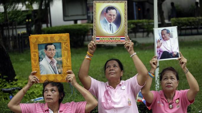 Người dân Thái Lan cầu nguyện cho Quốc vương. Ảnh: AP