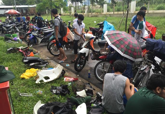 Sau một này ngâm mình dưới nước bẩn, những chiếc xe này nhanh chóng được các bạn sinh viên tháo bung, tiến hành sơ cứu và sửa chữa.