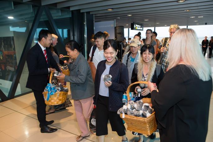 Tặng quà lưu niệm cho hành khách trên chuyến bay khai trương