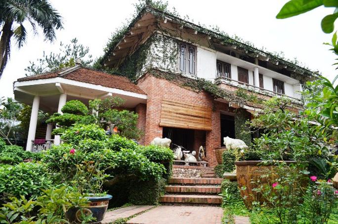 Ngôi nhà của nhà báo Sử Trường Sơn tọa lạc trên cao, từ đây có thể quan sát toàn bộ khu vườn