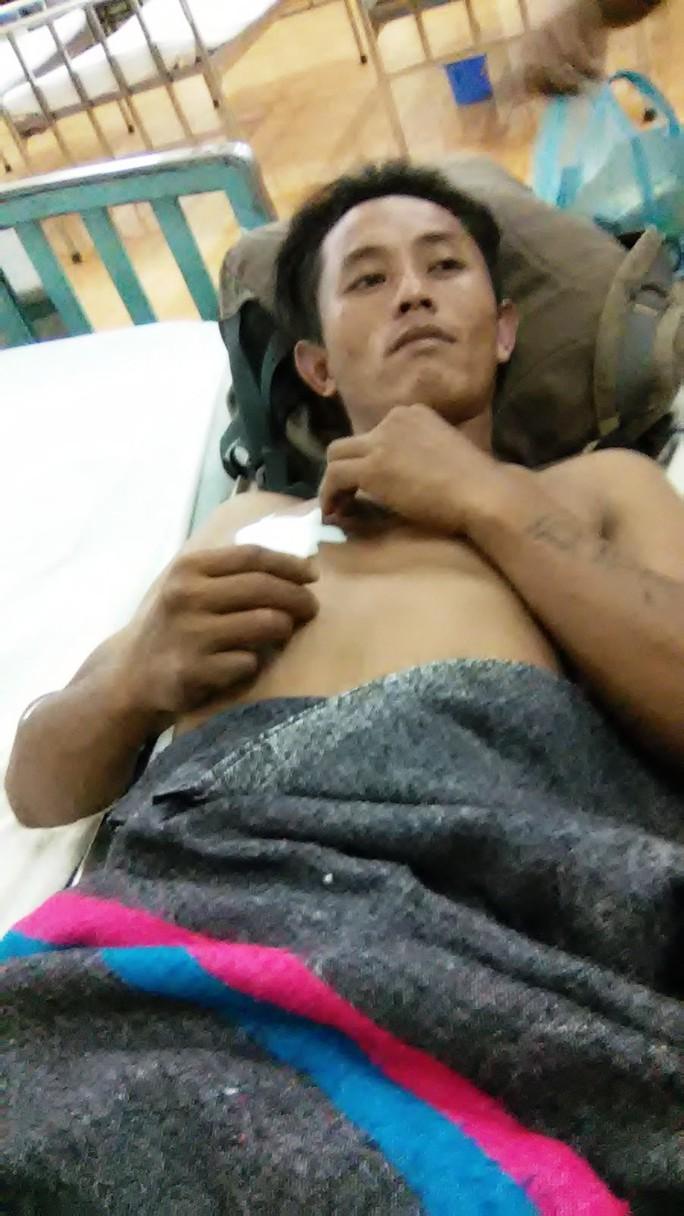 Anh K Dem (30 tuổi) đang điều trị tại Bệnh viện Đa khoa II, TP Bảo Lộc, Lâm Đồng.