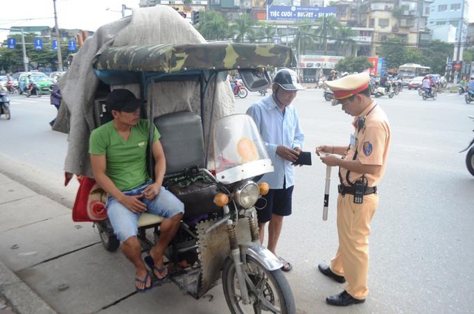 CSGT Hà Nội ra quân xử lí xe quá khổ, quá tải gây nguy hiểm cho người đi đường sau vụ bé trai bị tôn trên xe xích lô đỗ ven đường cứa cổ dẫn tới tử vong