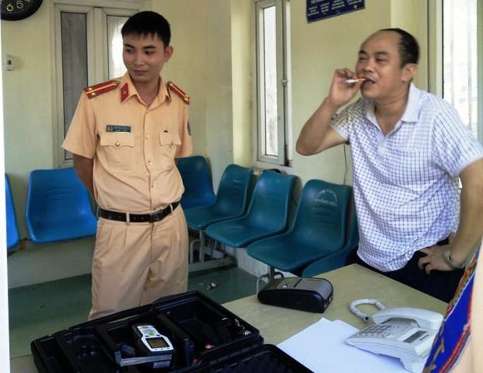 Ông Lê Văn Tuấn say xỉn, tông xe vào UBND tỉnh còn rút thẻ nhà báo dỏm ra dọa cơ quan chức năng