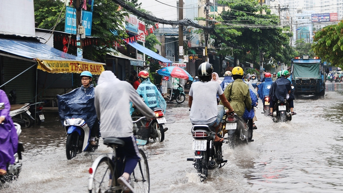 Nước ngập khắp các đường lớn nhỏ ở khu Tân Quy (quận 7)
