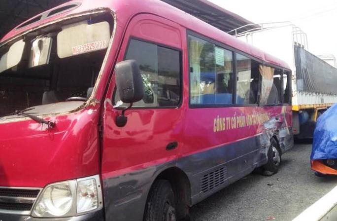Chiếc xe khách bị đâm thẳng vào hông, nổ lốp và hư hỏng nặng bên sườn xe