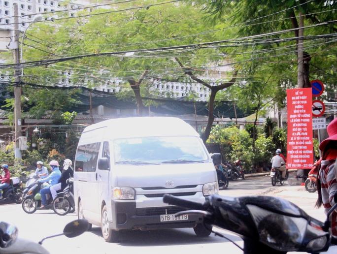 Tại giao lộ Lê Hồng Phong - Vĩnh Viễn, các doanh nghiệp vận tải phải dùng ô tô 16 chỗ trung chuyển hành khách