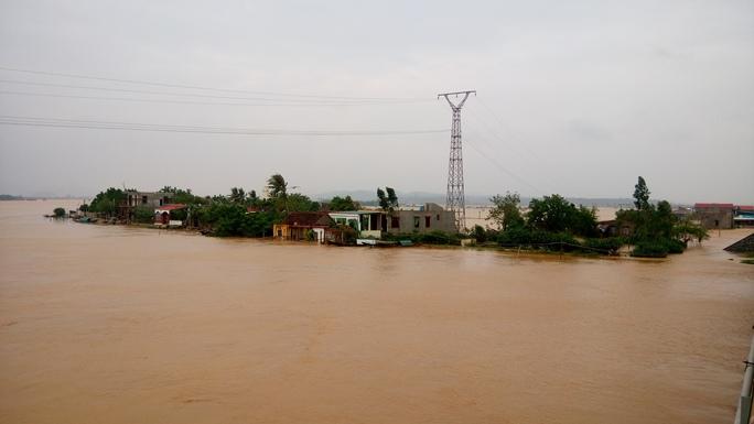 Nhiều ngôi làng ven sông Gianh nước đã tràn vào nhà (ảnh Minh Tuấn)