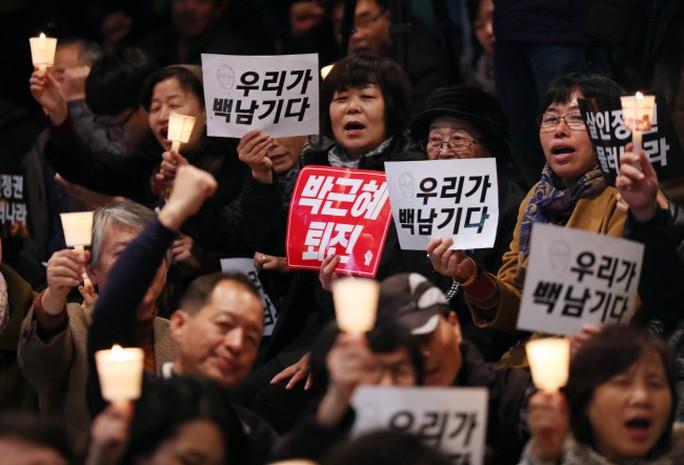 Người biểu tình kêu gọi bà Park từ chức hôm 4-11 sau vụ để bạn cũ can thiệp công việc chính phủ. Ảnh: YONHAP